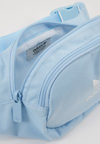 adidas Originals - ESSENTIAL - Gürteltasche - clear sky/white - 4