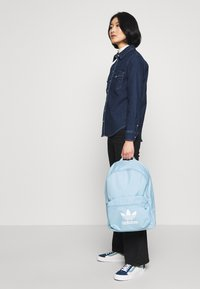 adidas Originals - CLASS - Ryggsäck - clear sky/white - 1