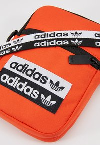 adidas Originals - REVEAL YOUR VOICE  FEST BAG - Taška spříčným popruhem - actora - 6