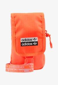adidas Originals - MAP BAG - Taška spříčným popruhem - signal core - 1