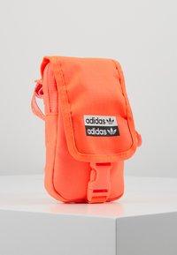 adidas Originals - MAP BAG - Taška spříčným popruhem - signal core - 4