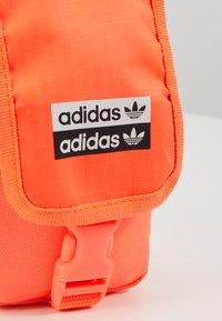 adidas Originals - MAP BAG - Taška spříčným popruhem - signal core - 2