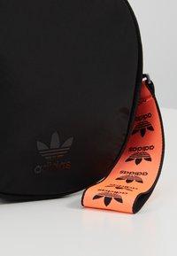 adidas Originals - WAISTBAG ROUND - Sac banane - black - 2