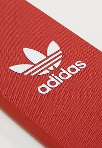 adidas Originals - MOULDED CASE CANVAS  IPHONE 6/6S/7/8 - Mobilveske - shift orange/white - 2
