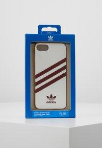 adidas Originals - MOULDED CASE FOR IPHONE - Etui na telefon - white/collegiate burgundy - 5