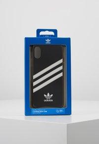 adidas Originals - MOULDED CASE GUMSOLE FOR IPHONE X/XS - Etui na telefon - black/white - 5