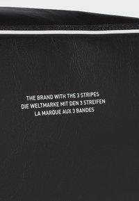adidas Originals - VINTAGE AIRLINER  - Torba na ramię - black - 4