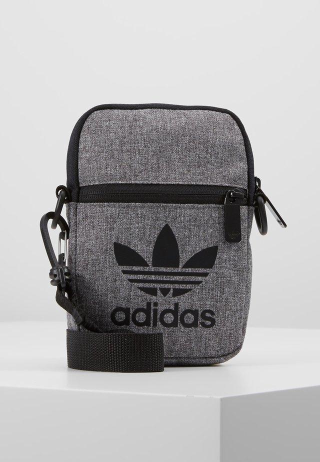 MEL FEST BAG - Skuldertasker - black/white