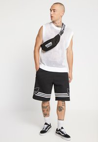 adidas Originals - REVEAL YOUR VOICE  - Heuptas - black - 1