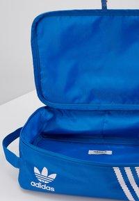 adidas Originals - SNEAKER BAG - Torba podróżna - bluebird - 5