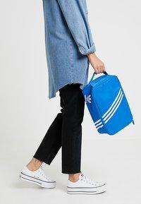 adidas Originals - SNEAKER BAG - Torba podróżna - bluebird - 1