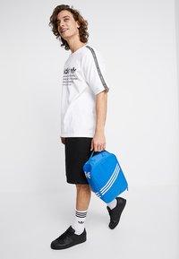 adidas Originals - SNEAKER BAG - Torba podróżna - bluebird - 2