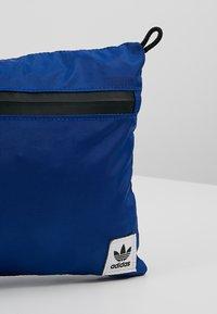 adidas Originals - SIMPLE POUCH  - Bandolera - croyal - 7
