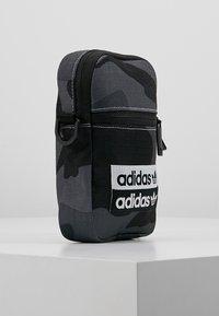adidas Originals - FEST - Torba na ramię - dark grey/black - 3