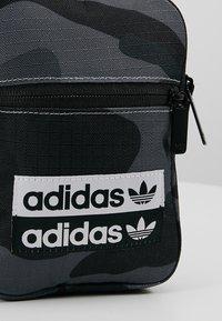 adidas Originals - FEST - Torba na ramię - dark grey/black - 7