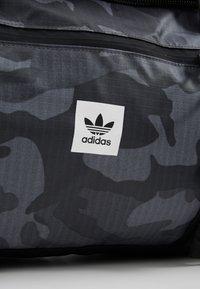 adidas Originals - GEAR DUFFEL - Weekendveske - multicolor/black - 8