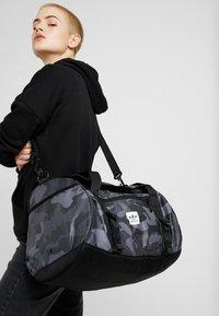 adidas Originals - GEAR DUFFEL - Weekendveske - multicolor/black - 6