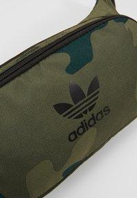 adidas Originals - CAMO WAISTBAG - Riñonera - green - 8