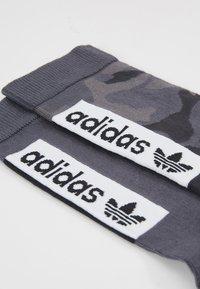 adidas Originals - CAMO CREW 2 PACK - Ponožky - grefou/grefiv/carbon - 2