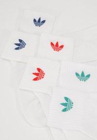 adidas Originals - MID ANKLE 3 PACK - Sokken - white/white/lusred - 2