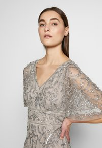 Adrianna Papell - BEADED MERMAID GOWN - Iltapuku - platinum