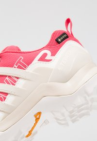 adidas Performance - TERREX SWIFT R2 GORE-TEX - Chaussures de marche - active pink/raw white/cloud white - 5