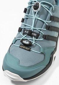 adidas Performance - TERREX SWIFT R2 GORE-TEX - Chaussures de marche - rawgreen/carbon/ashgreen - 5