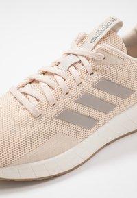 adidas Performance - QUESTAR RIDE - Laufschuh Neutral - linen/platin metallic/clow white - 5