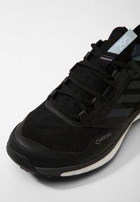 adidas Performance - TERREX AGRAVIC XT GORE TEX - Běžecké boty do terénu - core black/grey/ash green - 5