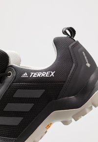 adidas Performance - TERREX AX3 GORE-TEX - Trekingové boty - core black/dough solid grey/purple tint - 5