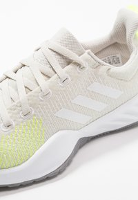 adidas Performance - SOLAR LT TRAINER - Hardloopschoenen neutraal - raw white/footwear white/hi-res yellow - 5