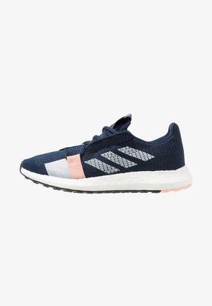 SENSEBOOST GO - Hardloopschoenen neutraal - collegiate navy/footwear white/glow pink