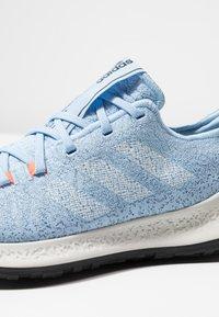 adidas Performance - SENSEBOUNCE - Juoksukenkä/neutraalit - glow blue/footwear white/solar orange - 6