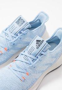 adidas Performance - SENSEBOUNCE - Juoksukenkä/neutraalit - glow blue/footwear white/solar orange - 5
