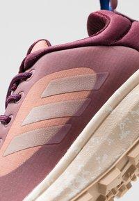 adidas Performance - RESPONSE TRAIL X - Löparskor terräng - maroon/rawpin - 5