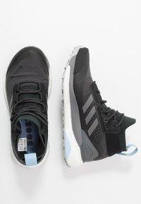 adidas Performance - TERREX FREE HIKER GORE TEX HIKING SHOES - Scarpa da hiking - carbon/grey/glow blue - 1