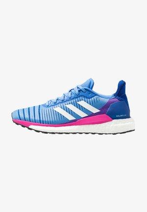 SOLAR GLIDE 19 - Zapatillas de running neutras - real blue/footwear white/shock pink