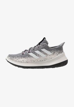 SENSEBOUNCE - Neutrální běžecké boty - grey three/footwear white/soft vision