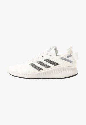 SENSEBOUNCE STREET - Obuwie do biegania treningowe - footwear white/core black/grey three