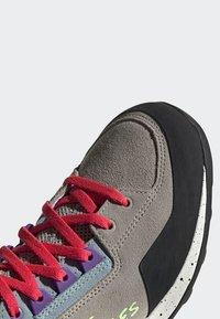 adidas Performance - FIVE TENNIE SHOES - Outdoorschoenen - brown/grey/purple - 5