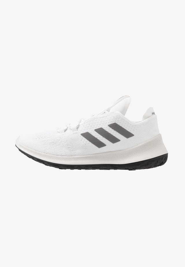 SENSEBOUNCE + ACE - Obuwie do biegania treningowe - footwear white/grey three/crystal white