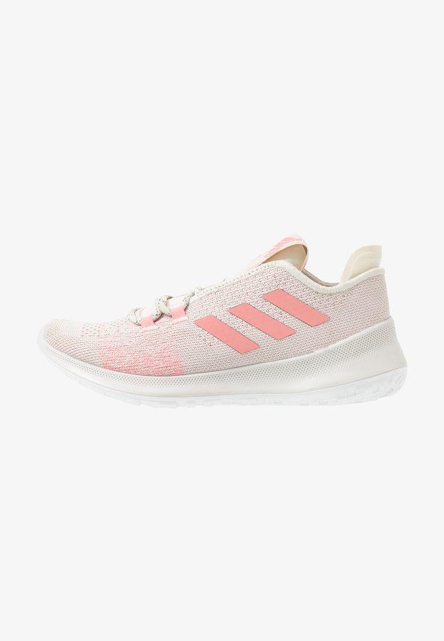SENSEBOUNCE + ACE - Obuwie do biegania treningowe - alumin/glow pink/footwear white