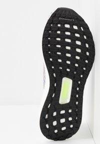 adidas Performance - ULTRABOOST 20  - Neutrální běžecké boty - footwear white/core black/signal green - 4