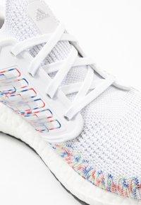 adidas Performance - ULTRABOOST 20  - Neutrální běžecké boty - footwear white/core black/signal green - 5