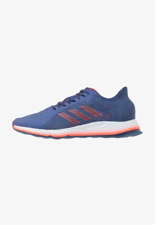 FOCUS BREATHE FOCUS RUNNING SHOES - Zapatillas de running neutras - tec indigo/solar red/sky tint