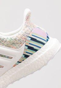 adidas Performance - ULTRABOOST - Neutrální běžecké boty - crystal white/glow green - 5