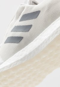 adidas Performance - SENSEBOOST GO - Hardloopschoenen neutraal - footwear white/grey three/cloud white - 5
