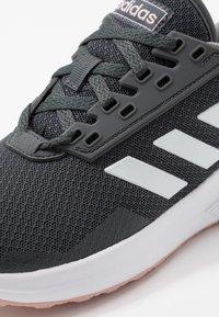 adidas Performance - DURAMO 9 - Obuwie do biegania treningowe - grey six/footwear white/pink spice - 5