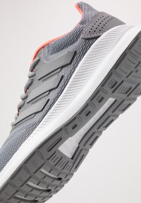 adidas Performance - RUNFALCON - Obuwie do biegania treningowe - grey/signal coral - 5