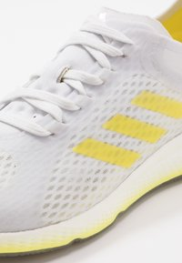 adidas Performance - FOCUS BREATHE - Laufschuh Neutral - grey/shock yellow/cloud white - 5